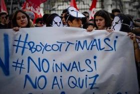 ''Boycott Invalsi, no Invalsi, no ai quiz'' recita la scritta su uno striscione esposto durante il corteo di alcuni studenti delle scuole superiori e di insegnanti aderenti al sindacato Cobas per boicottare i test Invalsi, 13 maggio 2014 a Napoli. Simbolo della protesta una maschera con una x disegnata su tutto il volto come la x richiesta per indicare le risposte sul test. ANSA / CIRO FUSCO